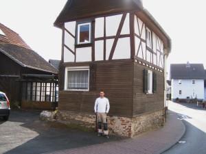 Samuel Becker vor seinem Haus in Merzhausen